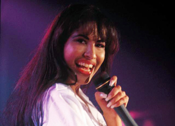 Selena suena en la radio con Cristian Castro
